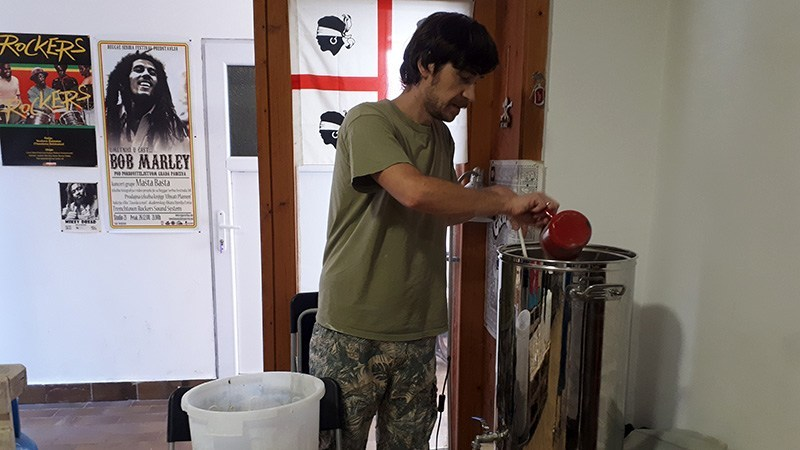 FOTOGRAFIJA-04-Nenad-Vulović-priprema-sastojke-za-kuvanje-Fijasko-piva.jpg