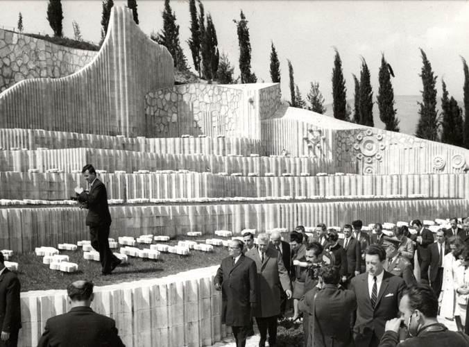 Tito_u_obilasku_Partizanskog_groblja_u_Mostaru.jpg