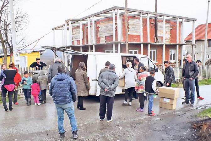 Podela-humanitarne-pomoci-Foto-PNHZ-Vozvizdenije-Casnog-Krsta-srb.jpg