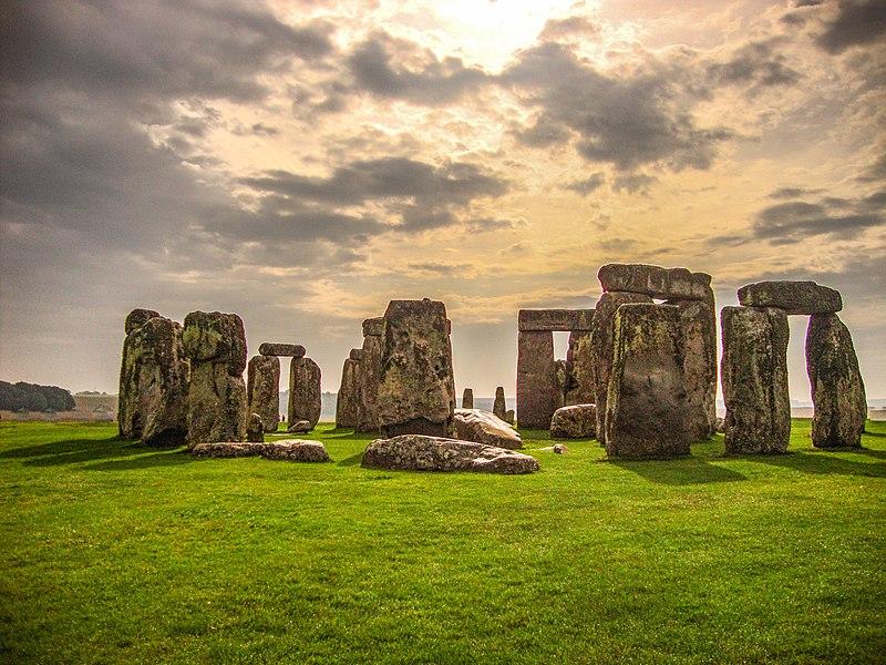 800px-Stonehenge_Wiltshire.jpg