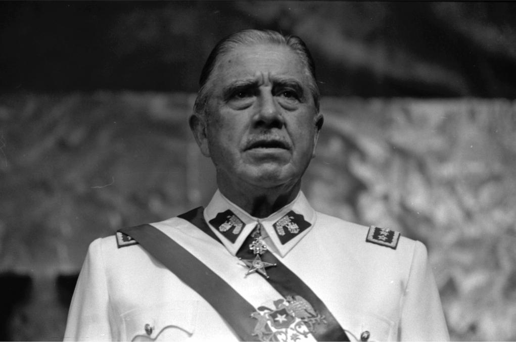 Pinochet_en_Historia_Política_BCN.jpg