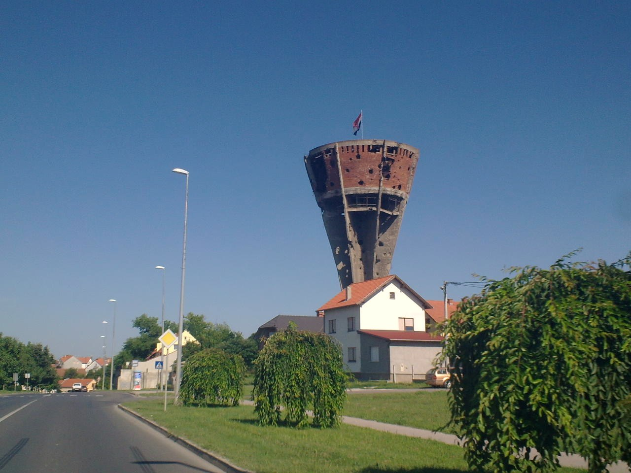 Water_Tower_view_from_street_in_Vukovar